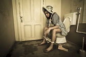トイレに座っている女の子 — ストック写真