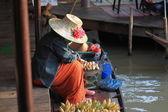 Prodejci prodávají banánové toasty. — Stock fotografie
