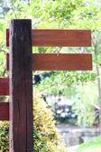Dřevěné štítky v parku. — Stock fotografie