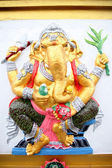 Ganesh estatua amarilla en templo. — Foto de Stock
