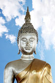 Posąg buddy w tle jest błękitne niebo. — Zdjęcie stockowe