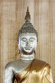 Posąg buddy w tle starego drewna. — Zdjęcie stockowe