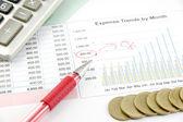 Monete di penna, calcolatrice e soldi rosse sul grafico aziendale in t ok — Foto Stock