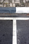 Lines the edge of the road into the car park. — Foto de Stock