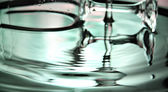 Yeşil su ve meşrubat bardağına Havzası. — Stok fotoğraf