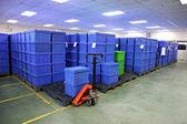 Productos de la caja de plástico azul. — Foto de Stock