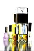 Molti bottiglia con colore oro profumo isolato. — Foto Stock