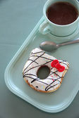 Donut and hot cocoa in a blue dish. — Foto Stock