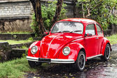 Red retro car on the street — Stockfoto