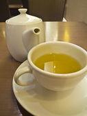 Yeşil çay beyaz Kupası ve çaydanlık — Stok fotoğraf