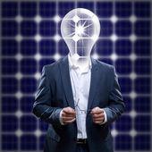 Idea człowieka przed panel słoneczny — Zdjęcie stockowe