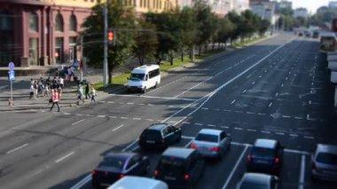 Carros andando na rua — Vídeo Stock
