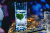 Fizzy water with lime — Stock Photo