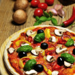 Foto Stock: Tasty pizzand some ingredients