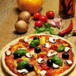 Foto Stock: Vegetaripizzand some ingredients