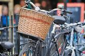 Cykel med rotting korg — Stockfoto