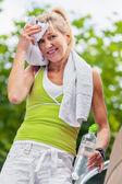Senior dopo sport si asciuga con un asciugamano — Foto Stock