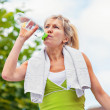 Senior woman holding a water bottle — Stockfoto