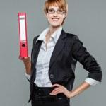 mujer de negocios joven sosteniendo una carpeta — Foto de Stock