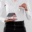 Female holding a model house and keys  — Stockfoto