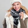 Woman in autumn fashion smiling to the camera — Stockfoto