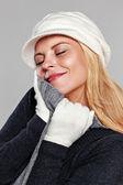 Kobieta korzystających z jej ciepły sweter — Zdjęcie stockowe