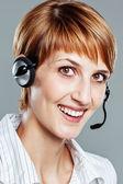 Opérateur femelle avec casque souriant — Photo
