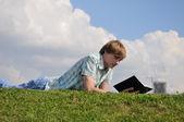 在公园里的年轻人 — 图库照片