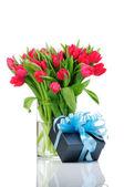 Tulipanes y caja de regalo con cinta azul aislada sobre fondo blanco — Foto de Stock