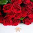 Red roses and two golden wedding rings — 图库照片
