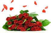 Lluvia de corazón y ramo de rosas aislados sobre fondo blanco — Foto de Stock