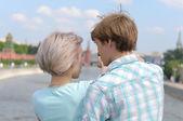 Joven pareja en la ciudad — Foto de Stock