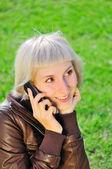 žena s mobil v parku — Stock fotografie