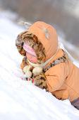 Niña feliz jugando en la nieve — Foto de Stock