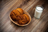 Bread and a glass of milk on the wooden table — Stock Photo