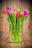Tulpen in de vaas op houten achtergrond — Stockfoto