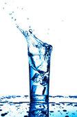 Glas vatten med isbitar — Stockfoto