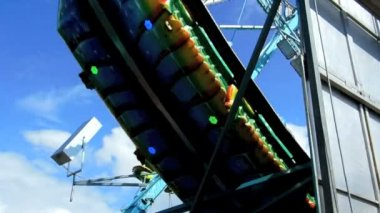 Cologne - may 12, 2013 - Swinging dragon at funfair — Stock Video