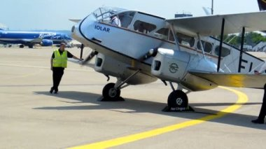 Cologne - june 2013 - Historic biplane De Havilland DH84 Dragon — Stock Video