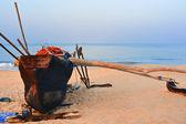 Barco velho em praia de goa — Fotografia Stock