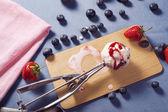 Мороженое с фруктами мороженого — Стоковое фото