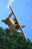Ahşap oyuncak uçak havada — Stok fotoğraf