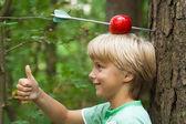 Chlapec s apple na hlavě a šípy prostřednictvím — Stock fotografie