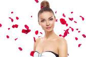 Portret glamour dziewczyna z płatków róży — Zdjęcie stockowe