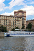 Moscow. Motor ship 'Gzhel' floats along the Moscow river. — Stock Photo