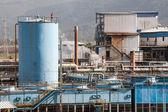 Fragmento de la planta industrial con tubería y edificios — Foto de Stock