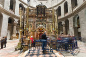 Crowds circle the tomb of Jesus Christ at the Church of the Holy Sepulchre — Stock Photo