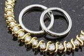 Diamanten halsketting en trouwringen — Stockfoto