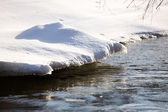 Neve sobre a água — Foto Stock