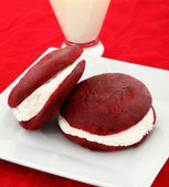 Red Velvet Whoopie Pies On Plate — Stock Photo